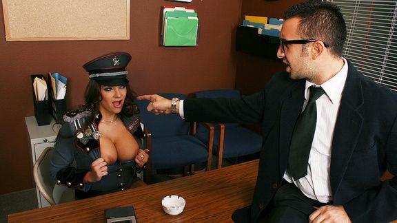 Классический секс с грудастой брюнеткой в униформе