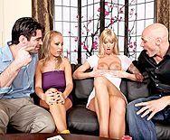 Групповой секс двух красивых блондиночек с их парнями - 1