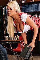 Порно со светловолосой школьницей с большими сиськами в чулках #4