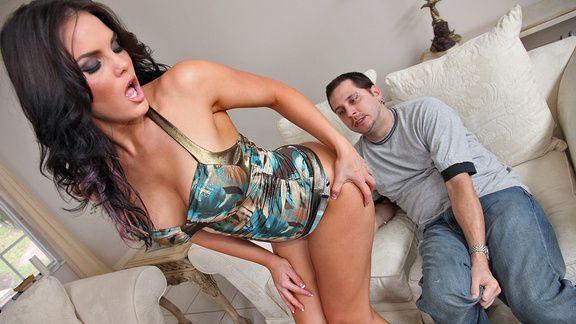 Анальный секс черноволосой красотки с большими сиськами