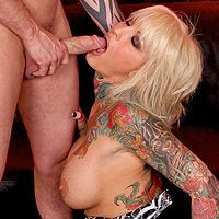 Порно с грудастой зрелой блондинкой с татуировками