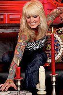 Порно с грудастой зрелой блондинкой с татуировками #5