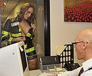 Смотреть страстное порно с шикарной шатенкой в униформе и лысым ученым - 1