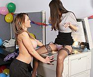 Привлекательные девушки с упругими сиськами мастурбируют киски на работе - 1