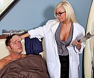 Красивая медсестра блондинка в халатике трахается со своим пациентом на кровати - 1