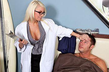 Красивая медсестра блондинка в халатике трахается со своим пациентом на кровати