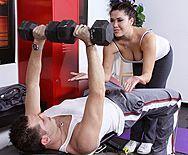 Смотреть жесткий секс пышной брюнетки с тренером в спортзале - 1