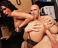 Порно с брюнеткой с большими сиськами на складе - 4