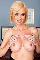 Порно с сексуальной зрелой блондинкой в спальне #3