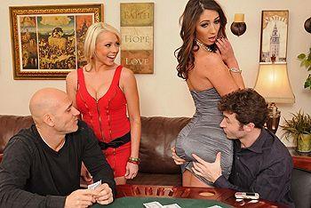 Групповое порно с двумя сексуальными сучками в доме