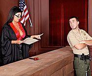 Пышногрудая брюнетка судья в чулках трахается в пизду с развратным охранником - 1