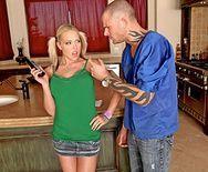 Трах в пизду сексуальной блондинки с большими сиськами на столе - 1
