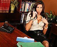 Татуированная брюнетка секретарша ебётся со свом боссом на столе - 1