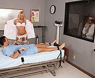 Горячий секс пациента с красивой докторшей в чулках - 1