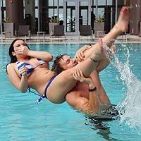 Смотреть красивый секс с милой грудастой брюнеткой после бассейна