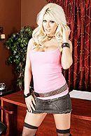 Развратная блондинка любит трахаться в пизду со своим мужиком #1
