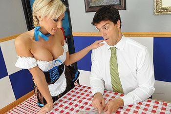 Красивая блондинка официантка в униформе занимается сексом в ресторане