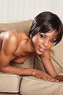 Смотреть жесткое порно с темнокожей шлюхой на диване #3