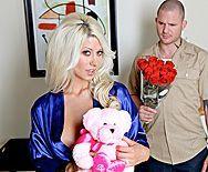Смотреть красивый секс с сексуальной блондинкой с бритой вагиной - 1