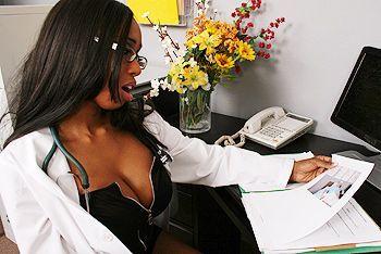 Межрасовый трах горячей негритянки медсестры с большими сиськами