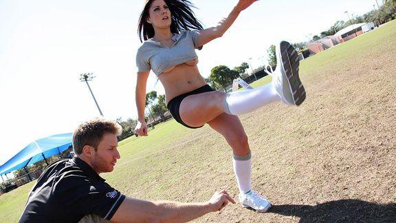 Классический секс с очаровательной черноволосой грудастой спортсменкой