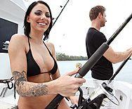 Татуированная красавица брюнетка занимается сексом на яхте - 1