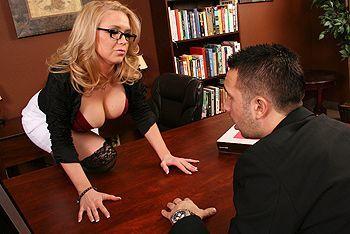Порно работника с грудастой светловолосой леди в черных чулках