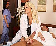 Смотреть порно с сексуальной светловолосой докторшей в чулках - 1