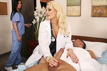 Смотреть порно с сексуальной светловолосой докторшей в чулках