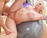 Смотреть классическое порно с большегрудой блондиночкой на фитнесе - 3