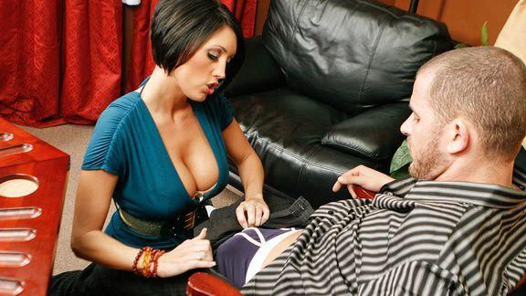 Смотреть порно сексуальной брюнетки с большими сиськами