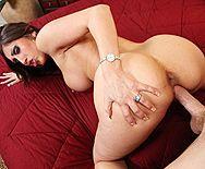 Смотреть порно видео в бритую киску с грудастой сукой на диване - 4