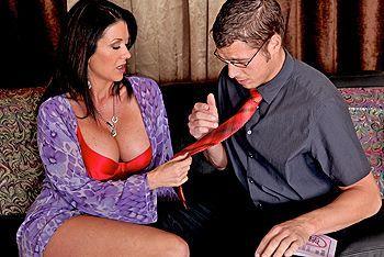 Зрелая тёлка  брюнетка занимается сексом с молодым пареньком