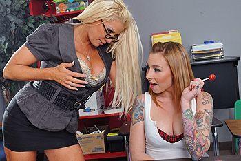 Секс втроем с двумя сексуальными блондинками с большими сиськами в анал