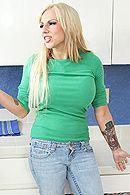 Порно светловолосой девицы с большими сиськами на кухне #5