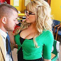 Порно учителя с грудастой светловолосой школьницей в классе
