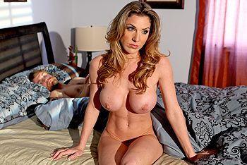 Смотреть трах в пизду сексуальной блондиночки с огромными сиськами