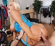 Смотреть анальный секс с грудастой блондинкой в чулках - 5