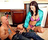 Привлекательная брюнетка в халатике занимается сексом с сантехником - 1