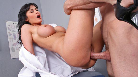 Смотреть порно молодого пациента с горячей медсестрой в палате