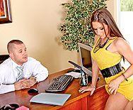Брюнетка нимфоманка трахается в пизду на столе с боссом - 1