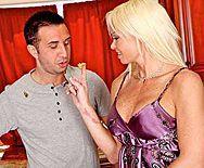 Шикарная зрелая блондинка с татуировками ебется в пизду - 1