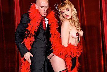 Жгучая блондинка трахается с лысым мужиком в стриптиз-клубе
