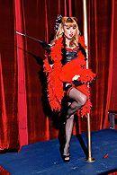 Жгучая блондинка трахается с лысым мужиком в стриптиз-клубе #1