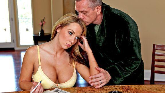 Смотреть порно с грудастой сексуальной блондиночкой в бритую киску