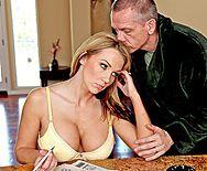 Смотреть порно с грудастой сексуальной блондиночкой в бритую киску - 1