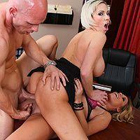 Смотреть красивый секс лысого мужика с двумя очаровательными блондиночками