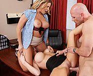 Смотреть красивый секс лысого мужика с двумя очаровательными блондиночками - 3