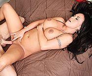 Порно с грудастой черноволосой красоткой на большом пенисе - 4
