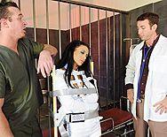 Трах в пизду зрелой черноволосой медсестры с большими сиськами и тату - 1